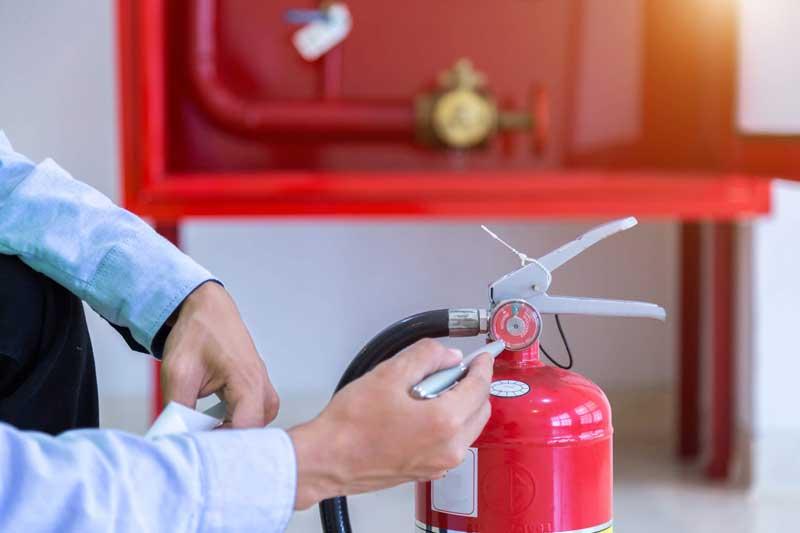 Cara Membersihkan Residu APAR Powder dan Tips Tambahannya