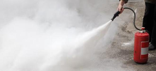 Perbedaan APAR CO2 dan Powder dari Segi Residu dan Efeknya bagi Pengguna