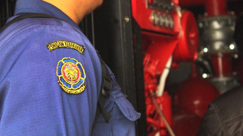 retribusi alat pemadam kebakaran ditarik oleh damkar