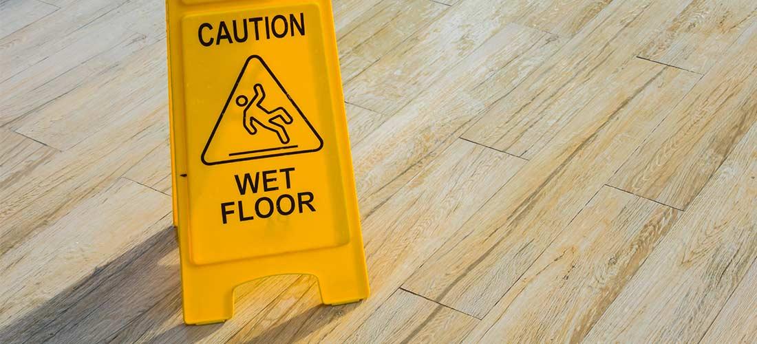 Environmental Hazard di Tempat Kerja yang Sering Terjadi Karena Lantai Licin